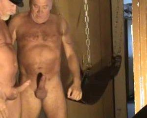 Gay opa stopt zijn viagra pik diep in een gerimpelde homo kont