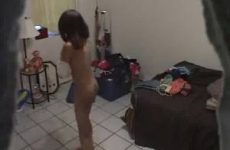 Zusje stiekem gefilmd bij het omkleden