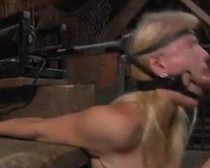 Vastgebonden met een vibrator voor haar kut word ze in haar mond geneu...