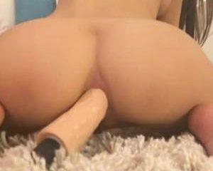 Slank meisje stopt een dildo in haar kleine kontje