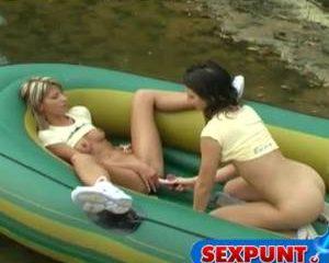 Geile lesbische meisjes mastuberen in een rubberboot