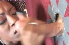 De geile ebony smeert haar mond helemaal vol met sperma