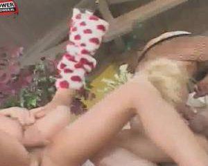 Twee geile bisex meiden die geneukt worden befen en pijpen
