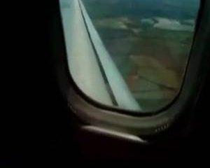 Ze mastubeerd haar kale vagina in een vliegtuig vol mensen