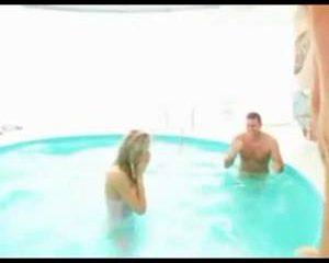 Blooper in het zwembad